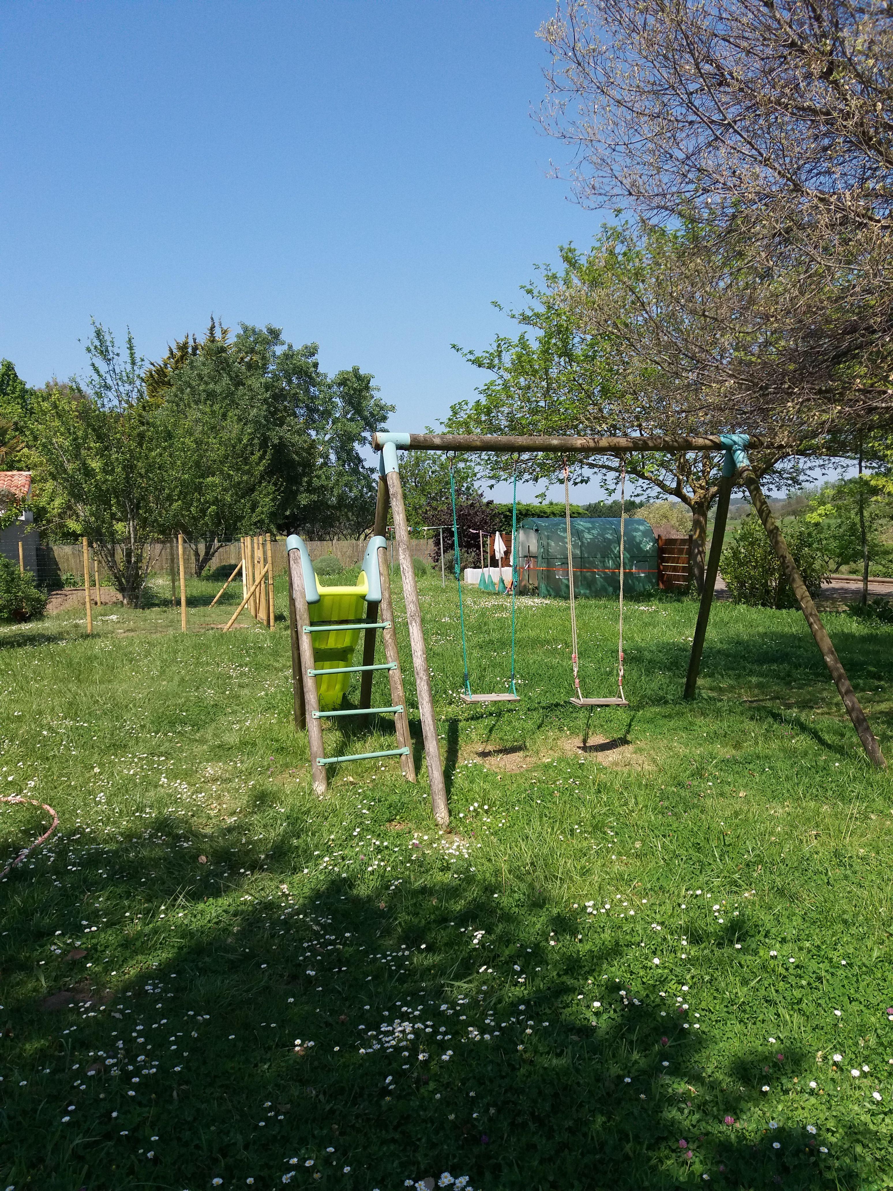 jardin avec jeux enfants