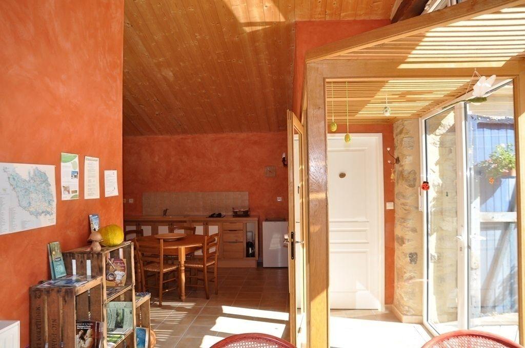 le sas d'entrée de la pièce de vie commune aux chambres avec son coin cuisine