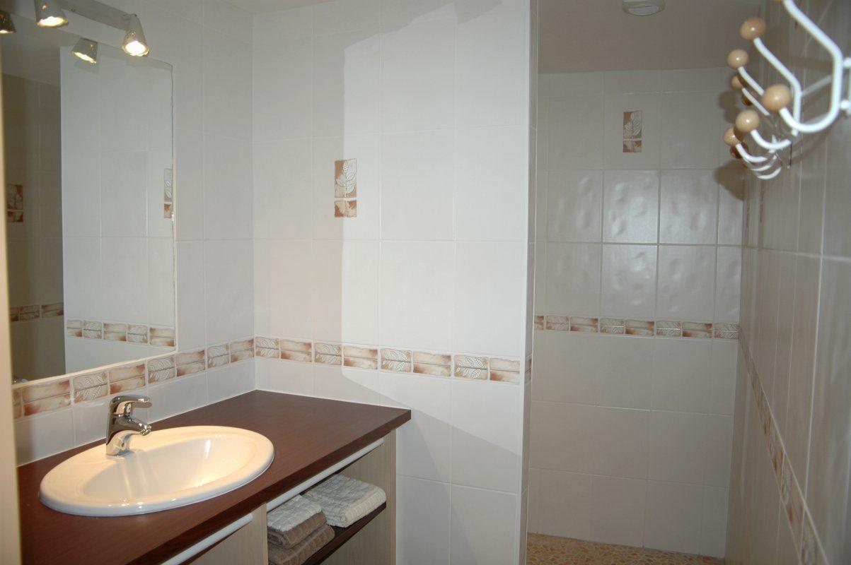 une salle d'eau douche à l'italienne et WC séparé  dans chaque chambre