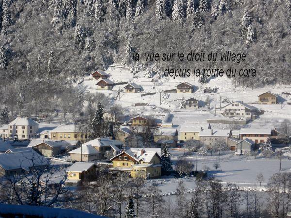 le village et chalets en hiver