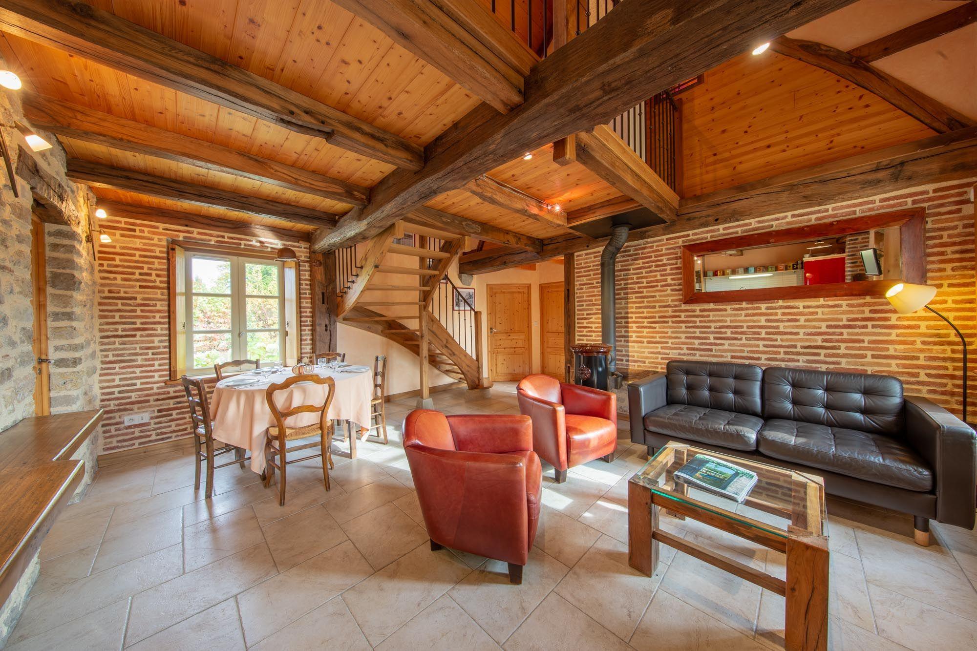 La pièce de vie du gite, avec son coin salon et salle à manger (25m2)
