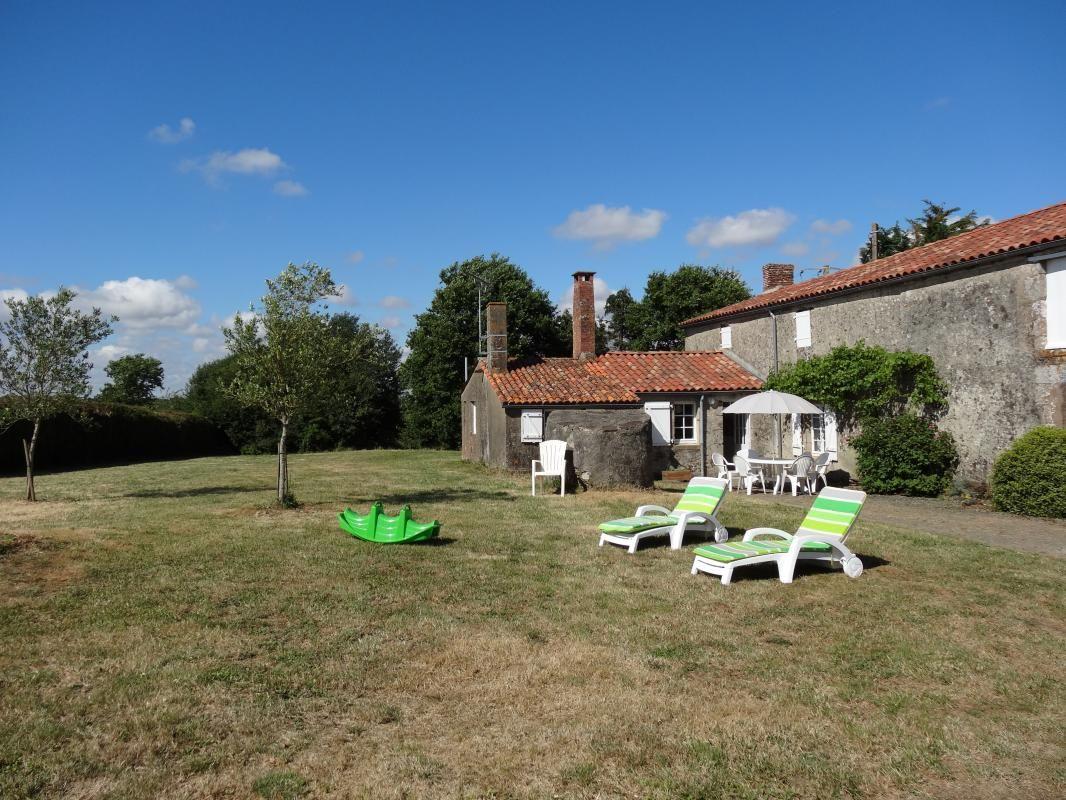 maison indépendante , chaises longues pour prendre le soleil et table basse, jeux pour enfants, boules de pétanques