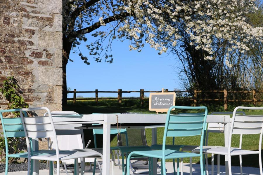 Jardin d'un gîte de france avec une pancarte Bienvenue