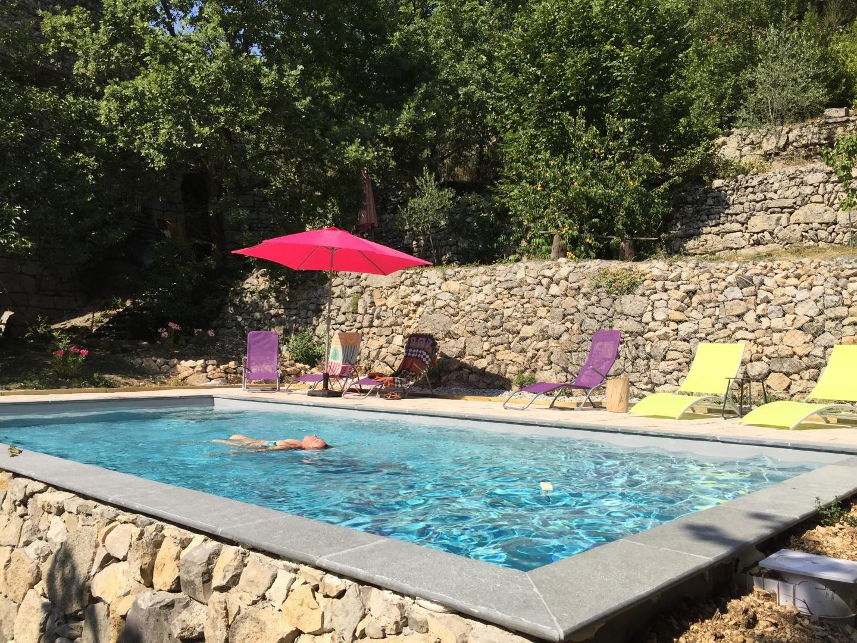 La piscine posée sur une restanque