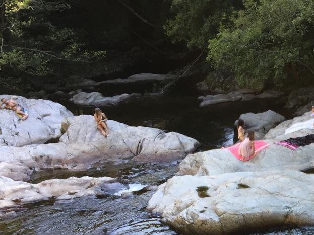 Baignade naturelle dans la rivière Auzène.