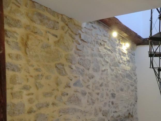 L' entrée avec son escalier en fer forgé