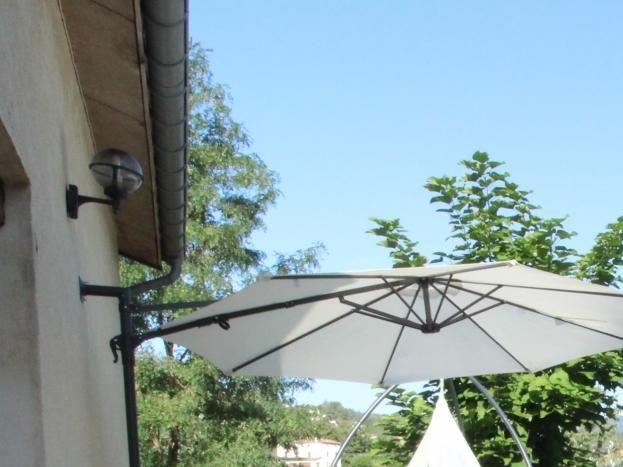 2e terrasse exposée à l'est avec accès direct sur le parc arrière du gite