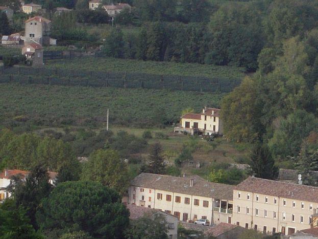 La maison au loin vue du belvédère d'Aubenas
