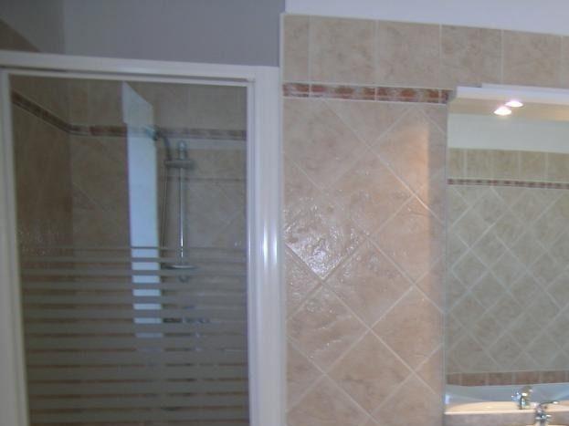 salle de bain avec baignoire et douche à l'étage