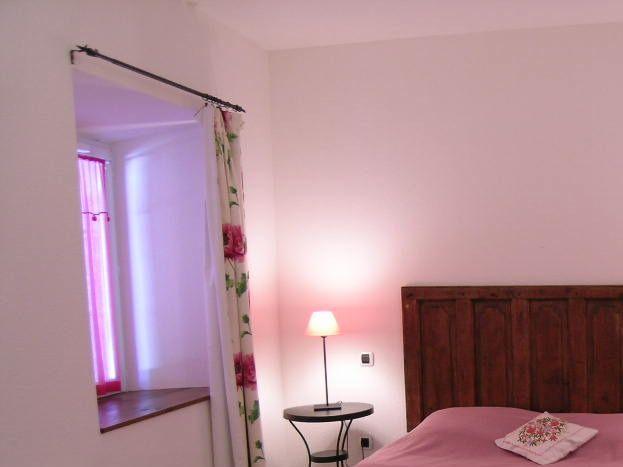 chambre au rez de chaussée (lit en 160), avec salle d'eau et toilette pouvant accueillir une personne en mobilité réduite.