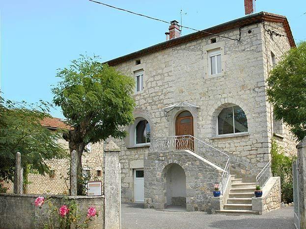 La maison et son entrée commune avec portail qui clot le terrain