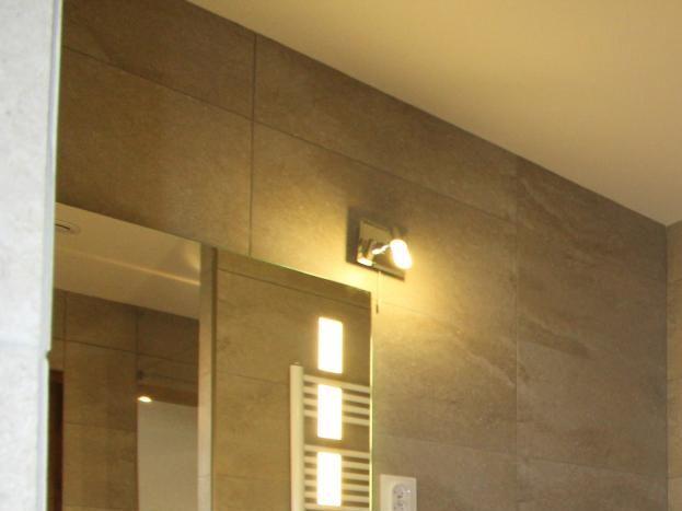 SdB de la chambre 1 - Grande douche à l'italienne. Espace table à langer.