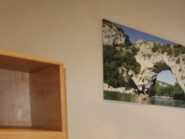 """Chambre n°2 """"Pont d'Arc"""" : 1 lit 90 + 2 lits superposés, Salle d'eau privative, WC privatif indépendant."""