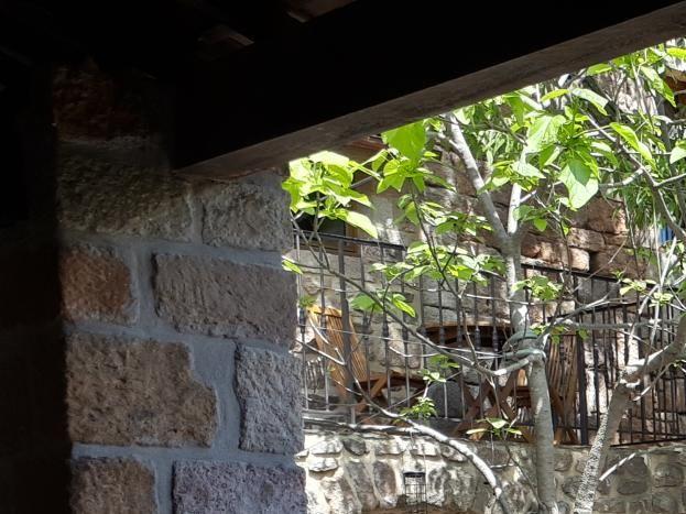 Cour intérieure offrant 2 niveaux de terrasses. Toiture traditionnelle en lauzes.