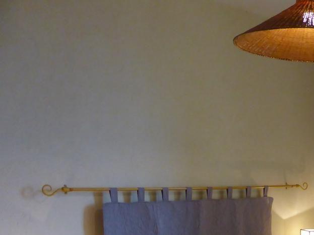 Chambre Soleil avec vue sur le jardin et sur les montagnes d'Ardèche.
