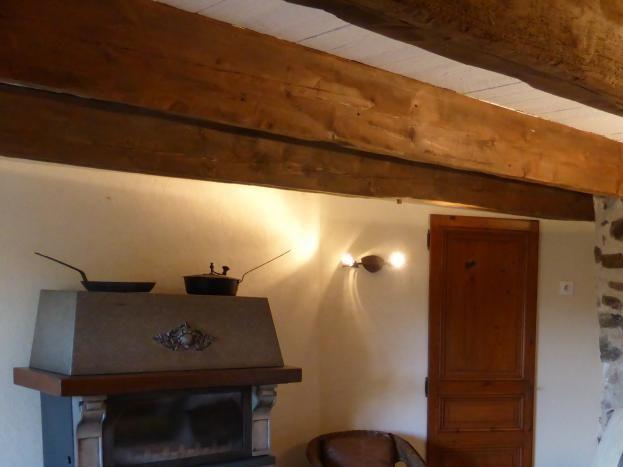 Salon détente, avec sa petite cheminée à la vitre relevable, appréciée en saison.