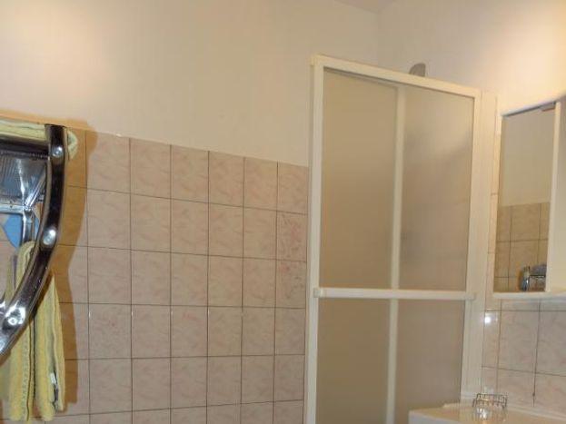 Salle de bains avec baignoire/douche ; sèche-cheveux fourni.  Pièce WC séparée.