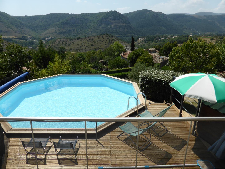 Panorama sur les monts d'Ardèche, les pieds dans l'eau. Ressourcement garanti !