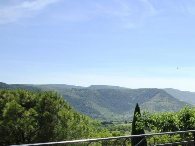 Vue de la terrasse, appréciée pour le petit déjeuner plein sud, très belle vue