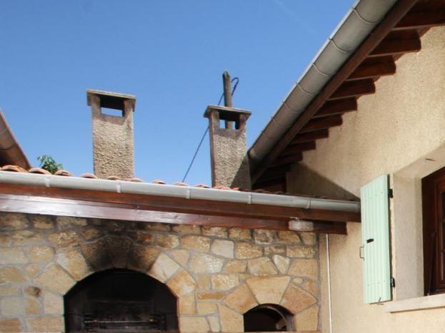 Equipée d'un barbecue et d'un four, Terrasse nord accessible par le séjour, ombragée par un store