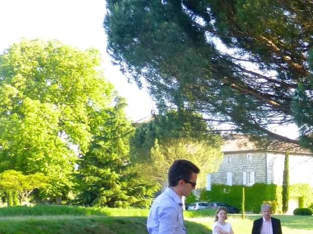 le jeu de boules à l'ombre des pins parasols