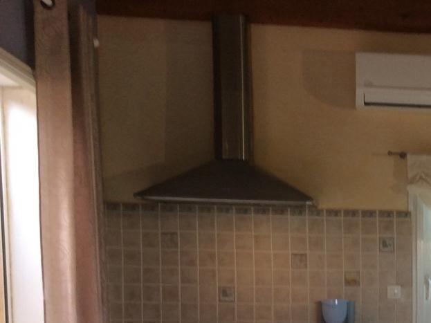 À gauche sortie sur terrasse, au fond cuisine, à droite salon