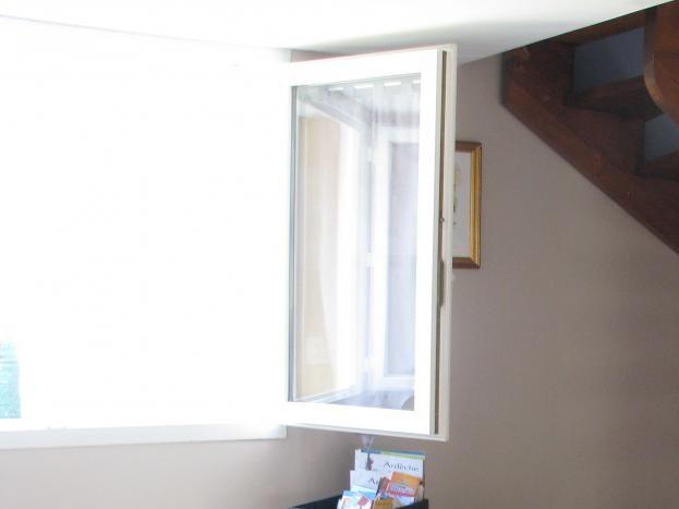 Coin lecture de la documentation et escalier menant à mezzanine