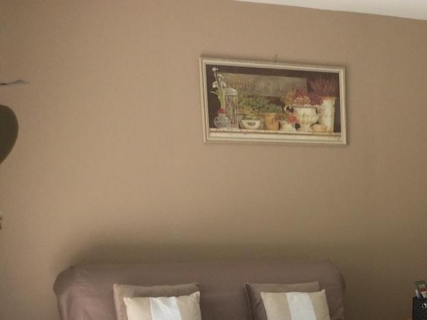 Coin repas avec au fond le salon ; à droite, porte donnant sur la chambre