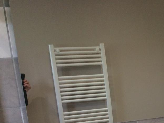 meuble vasque avec mitigeur. porte serviette, porte gants, sèche-cheveux, convecteur sèche-serviettes, grand miroir