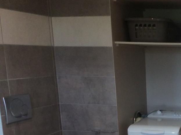 wc suspendu, lave-linge, bac et épingles à linge, fer et table à repasser, épingles