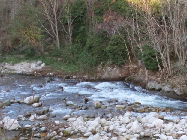 le lignon traverse le village et donne la plaisir de la baignade et aussi de la pêche