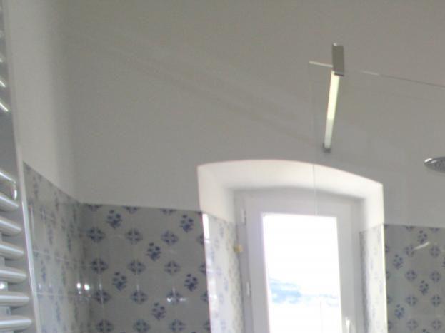 Salle de bain moderne avec douche a l'italienne refaite a neuf avec vu plongeante sur la rivière et les gorges