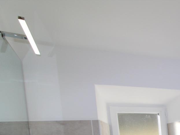 Salle de bains moderne et sa douche a l'italienne avec vue sur l'entrée des gorges de la Beaume
