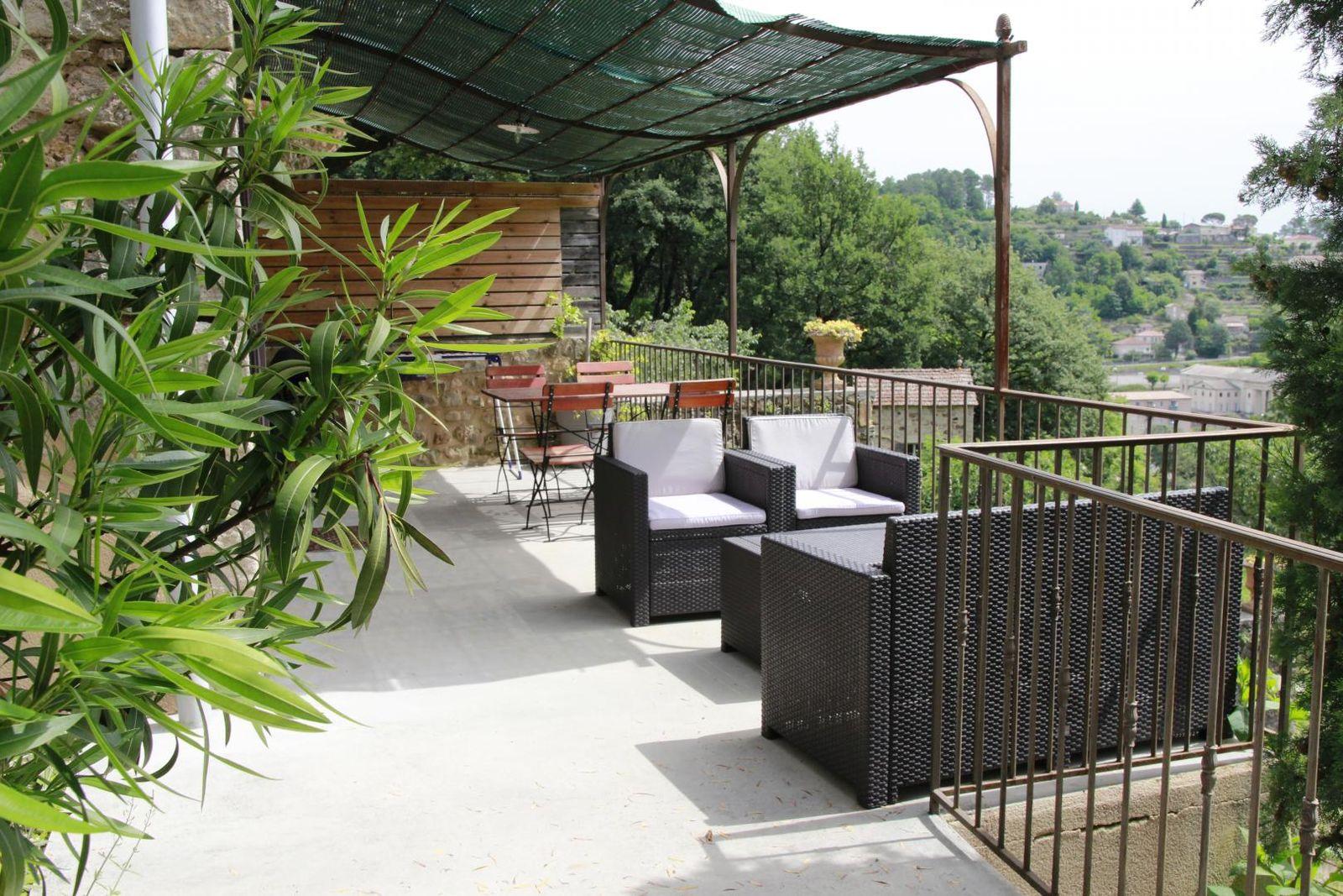 La terrasse panoramique ombragée salon de jardin et plancha..