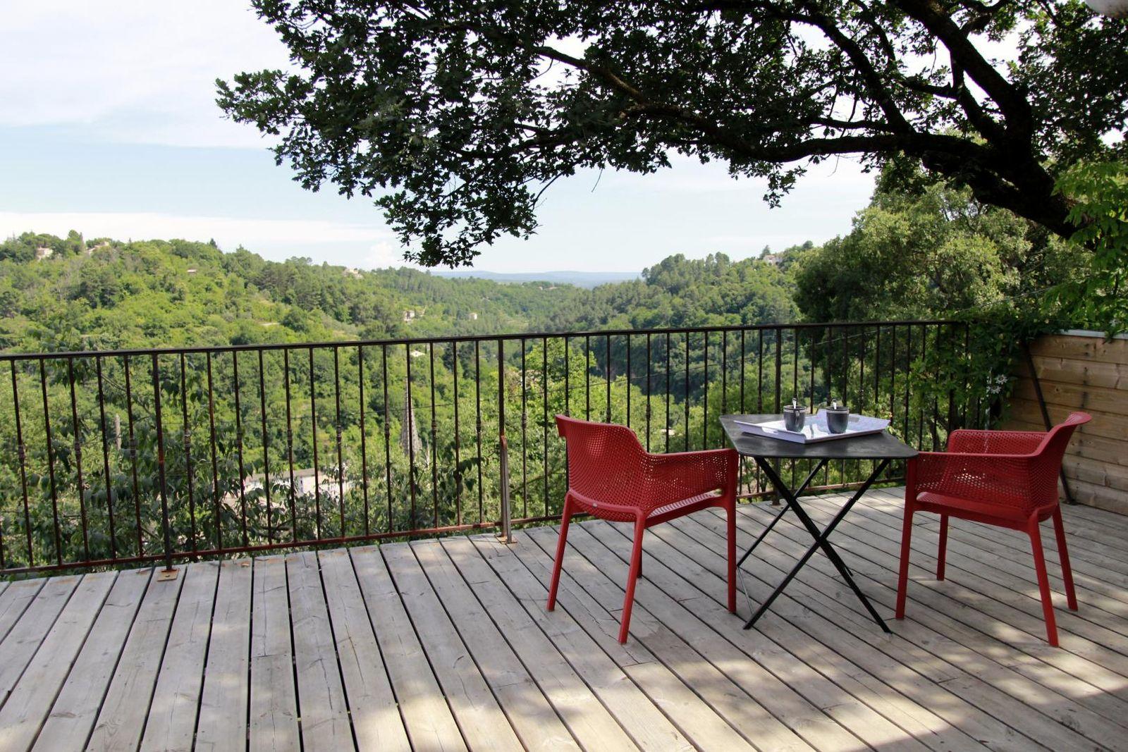 Terrasse ensoleillée et ombragée par le grand chêne..