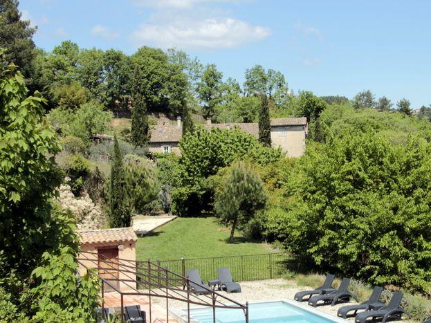 La piscine et le Mas au fond... 2 ha de zénitude..!!