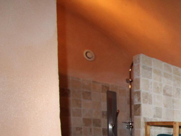 """La salle d'eau et son immense douche """"à l'italienne"""".."""