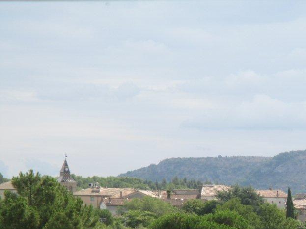 L'église de Laurac à 400 m et ses commerces