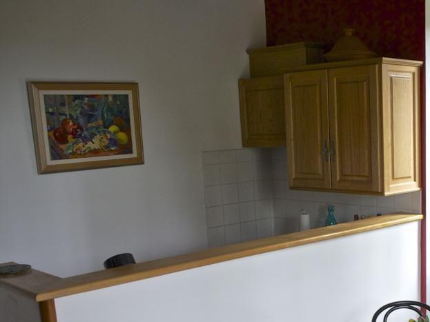 Pièce de vie avec coin cuisine et table