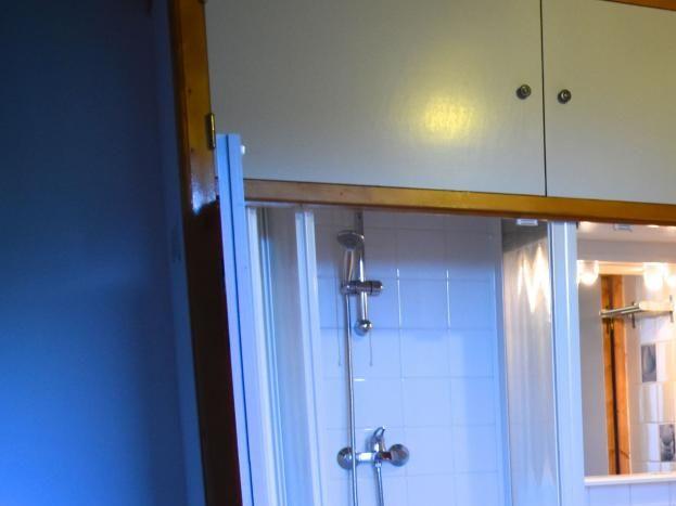 Chambre avec douche, lavabo, WC