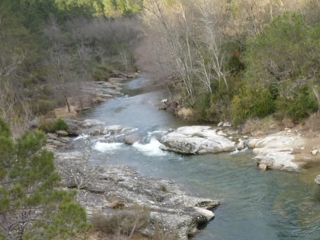 riviere  avec ses rochers