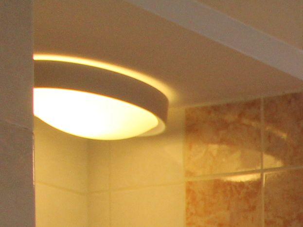 Salle de bains avec baignoire d'angle et douche puis double vasque.