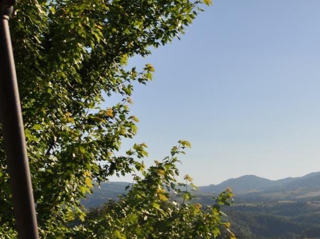 Vue imprenable sur les monts de l'Ardèche. Terrasse avec table et chaises