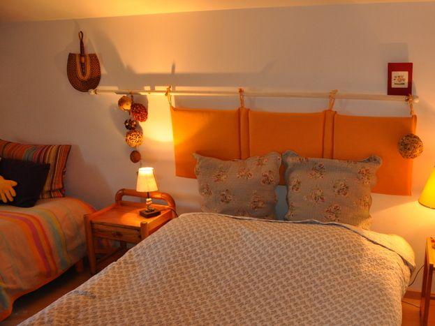 Chambre avec 1 grand lit 140 et canapé BZ d'appoint 2 personnes.