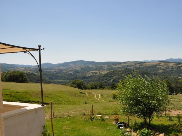 vue de la terrasse imprenable  sur les monts de l'Ardèche , 360°pleine nature