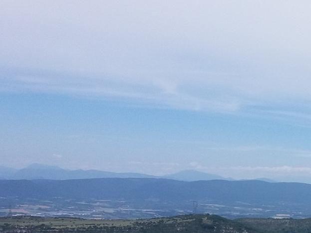 Vue depuis la terrasse. Chemin de randonnée (GR42)