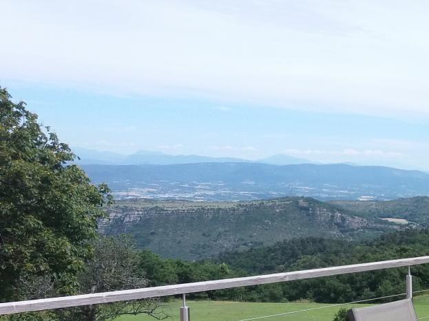 Salon de jardin sur la terrasse, vue sur la vallée du Rhône et le Vercors.