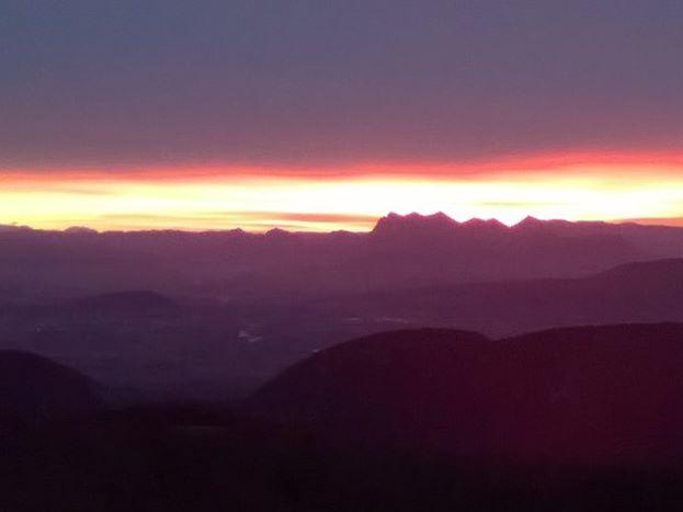 Levé de soleil sur la vallée de la Drôme et les Trois becs. Vue depuis une chambre.