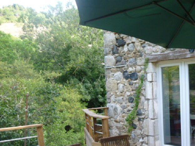 Entrée et terrasse en bois indépendante et fermée