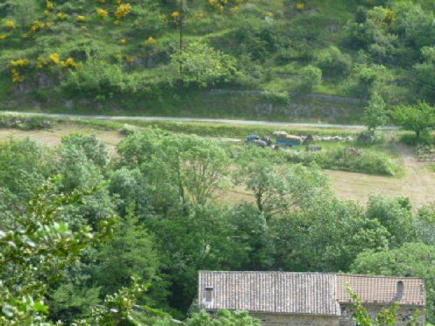 Vue du gite ( à gauche) et maison des propriétaires ( à droite) , gite avec entrée indépendante